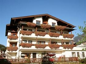Stumm / Kaltenbach: Appartementhaus Kaltenbach-Stumm: Außensicht im Sommer